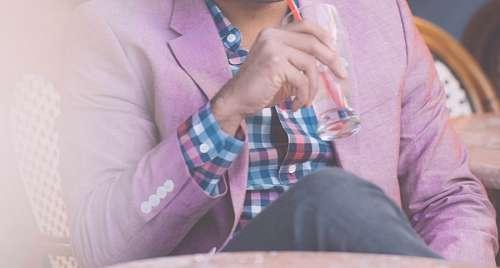 imágenes gratis Hombre tomando Gin Tonic