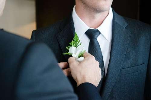 Novio alistandose para su boda