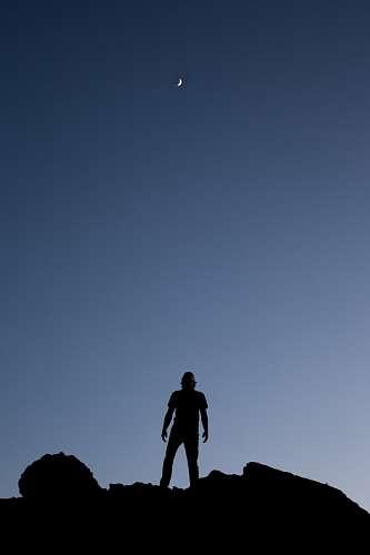 imágenes gratis Hombre mirando la luna
