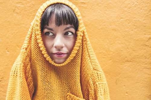 Mujer con ropa amarilla