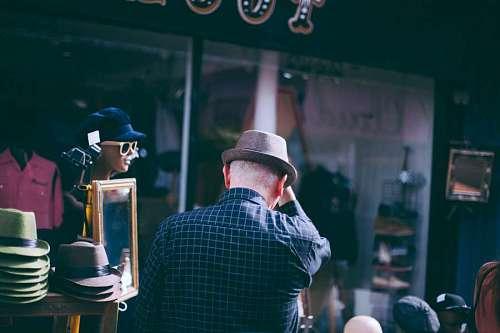 Turista comprando un sombre