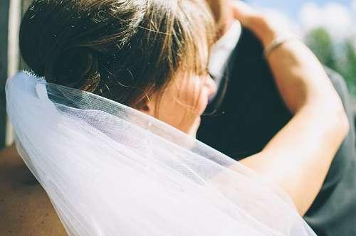 Esposa abrazada a su flamante marido