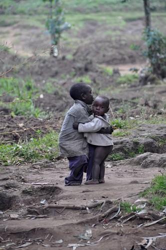 Niños africanos dándose un abrazo