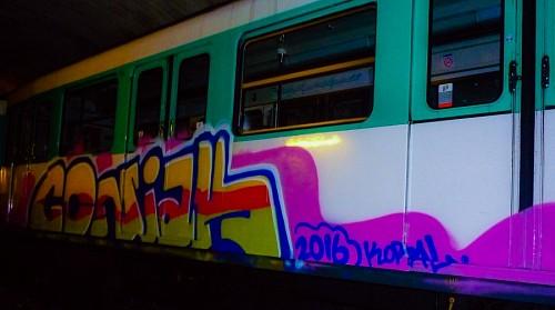 Graffitti en tren realizado por Coñak