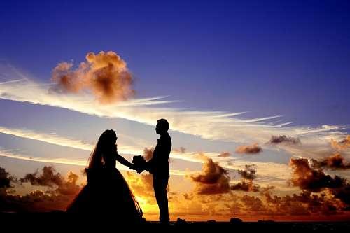Recien casados bajo el atardecer