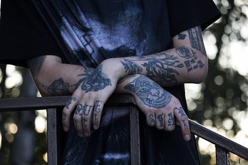Manos de hombre joven tatuado