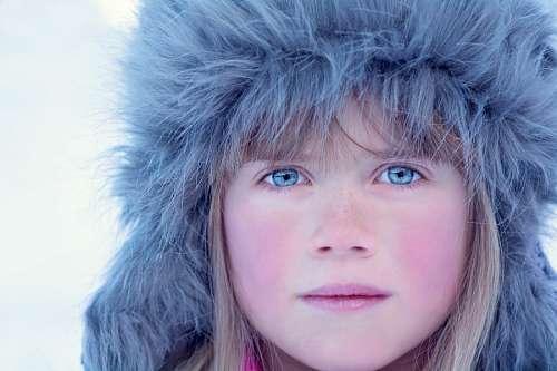 Niña de ojos azules mirando a la camara