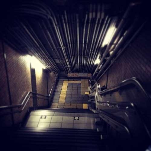 escalera, escalones, subte, metro, bajar, noche, l
