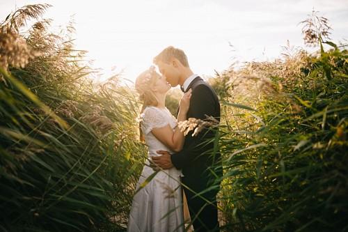 Recién casados en el campo