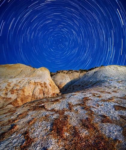 Paisaje rocoso en la noche
