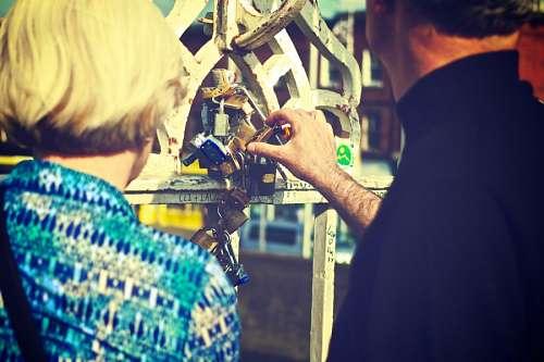 imágenes gratis Novios cerrando un candado en el puente de los enamorados
