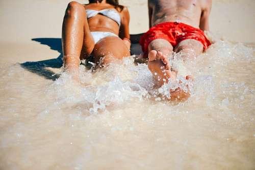 imágenes gratis Pareja de amigos en la playa