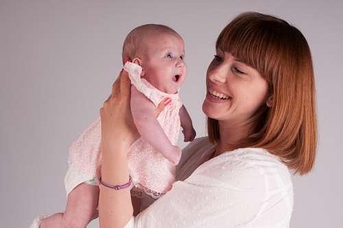 Madre sosteniendo a su pequeña hija