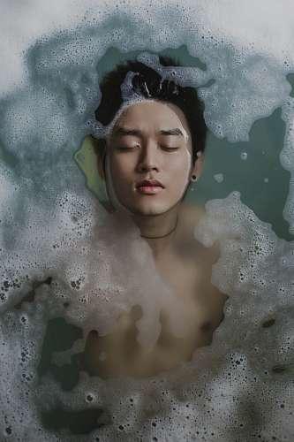 imágenes gratis Hombre tomando un baño