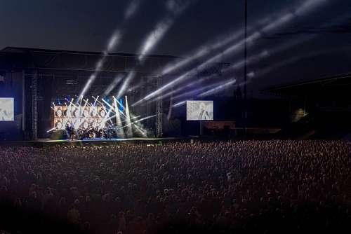 Multitud en concierto con luces
