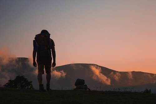 Hombre haciendo caminata de montaña