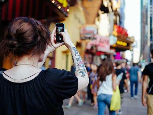 Mujer tomando fotografia