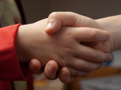 Niños dando un apretón de manos