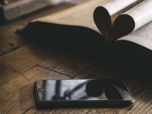 Smartphone junto a un libro