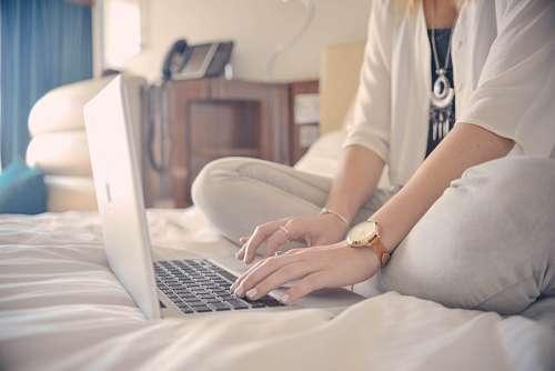 Mujer con laptoop en la cama