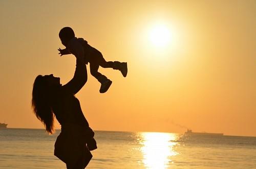 imágenes gratis Amor de madre a hijo en la playa
