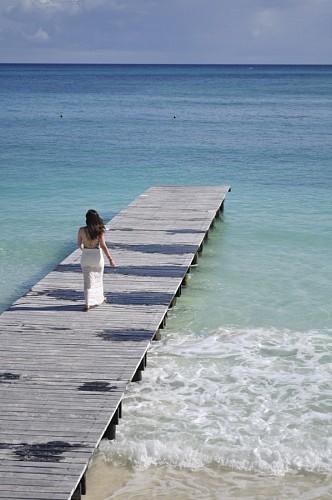 Mujer caminando en el muelle de Cancun