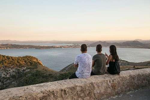 Tres amigos mirando el atardecer