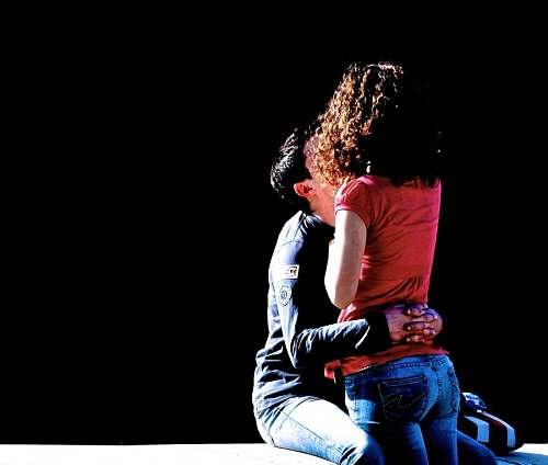 imágenes gratis Afectiva pareja abrazados en fondo negro