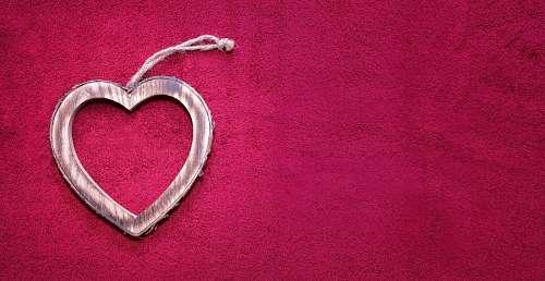 Corazón en fondo de terciopelo rojo