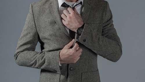 Hombre acomodando la corbata