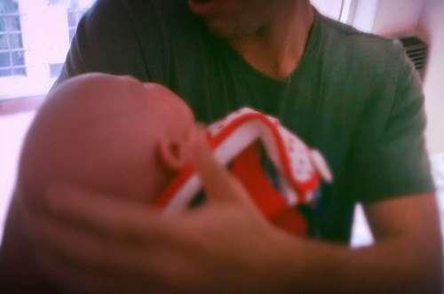imágenes gratis Padre cargando en brazos a su recién nacido