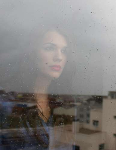 imágenes gratis Mujer mirando por la ventana