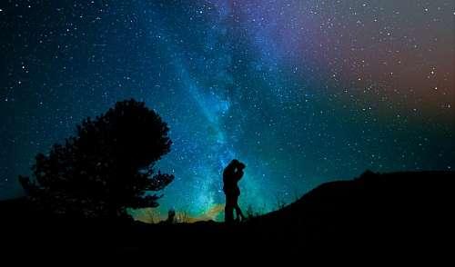 Pareja bajo cielo estrellado