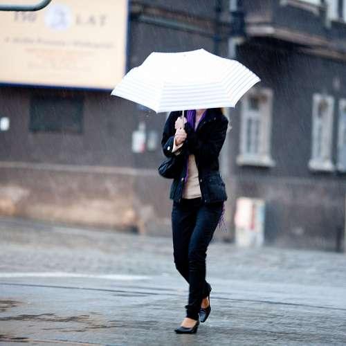 Mujer bajo la lluvia con paraguas