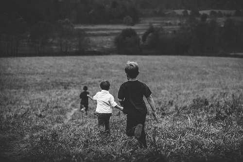 Niños corriendo en el campo