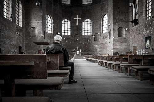 Hombre en la iglesia