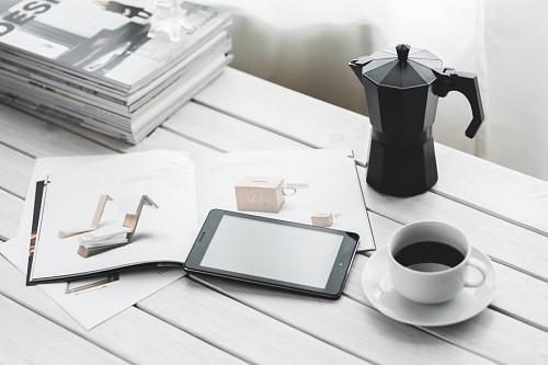 Momento de ocio con café y tableta digital