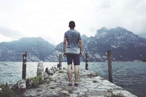imágenes gratis Hombre mirando el lago