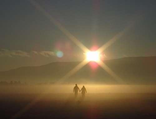 imágenes gratis Paseo romántico bajo el destello del sol