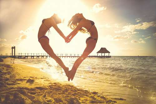 imágenes gratis Amigas en la playa saltando