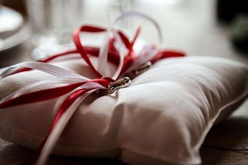 Alianzas de boda con cintas blancas y rojas