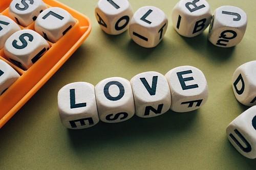 Palabra Love formada por dados