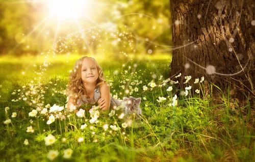 imágenes gratis Niña acostada en el bosque junto a su pequeño gato
