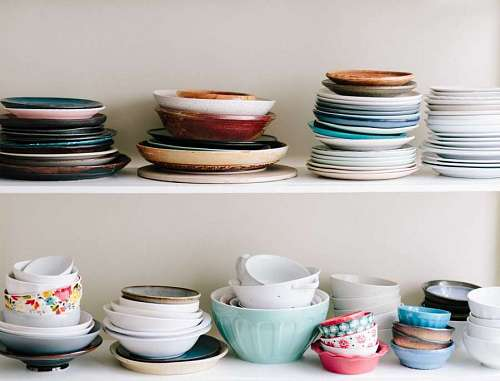 Platos de ceramica y bowls en una estanteria