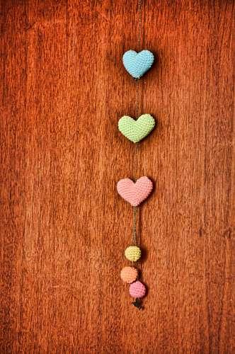 Adorno tejido con corazones coloridos