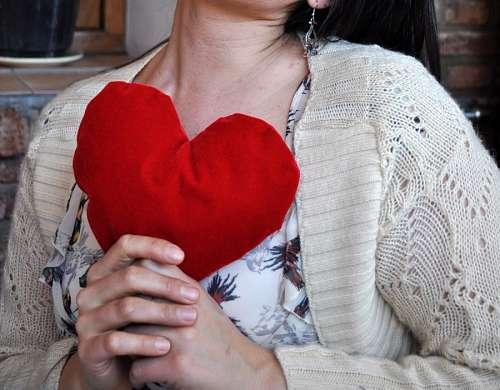Mujer sosteniendo corazon en el Dia de los Enamorados