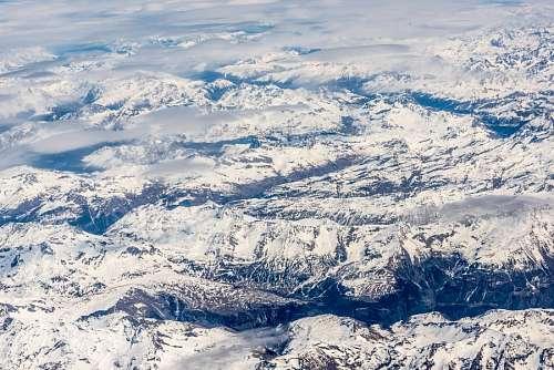Vista aerea de montañas nevadas