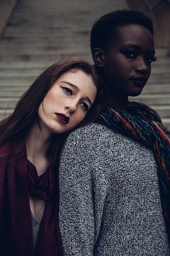 Pareja de mujeres modelos