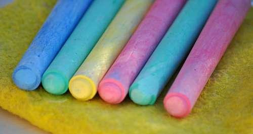 La tiza , también conocida como yeso y gis (México), es una arcilla blanca que, preparada en barritas, se usa para escribir en las pizarras y, pulverizada, para limpiar metales y para hacer pinturas de fácil lavado