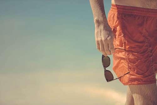imágenes gratis Hombre con lentes de sol en la playa